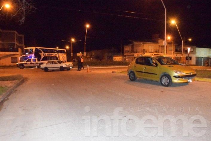 Chocan dos autos en el cruce de dos avenidas