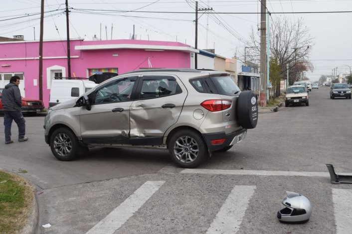 Motociclista herida en fuerte accidente con camioneta
