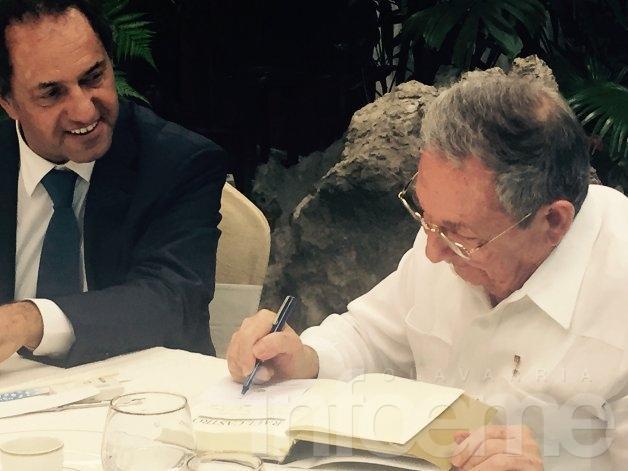 Scioli llegó a Cuba y se reunió con Raúl Castro