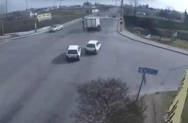 """Camión chocó el limitador y se quedó """"atrancado"""""""