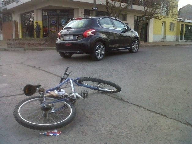 Ciclista herido al chocar con un automóvil