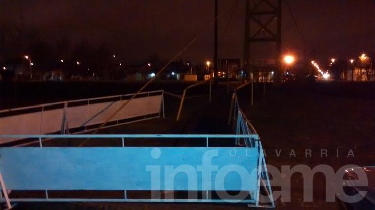 Puente colgante quedó al borde de caerse tras un accidente: piden precaución