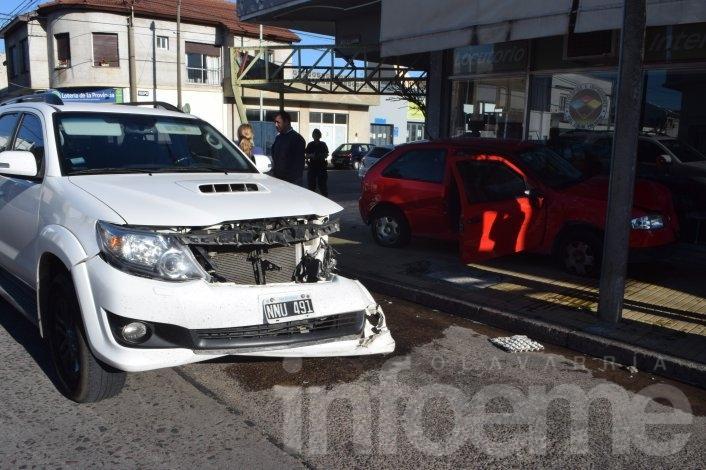 Violento choque en Pueblo Nuevo: un auto terminó sobre la vereda