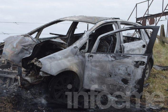 Se despistó, chocó columna de luz y el auto se prendió fuego