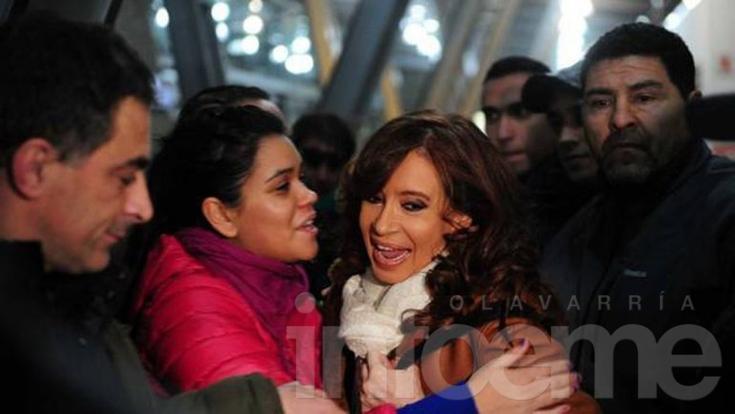 """Cristina llegó a Buenos Aires para reagrupar al FpV: """"Agradezco que estén aquí"""""""