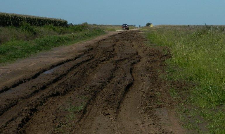 Piden no pasar por caminos rurales en días de lluvia
