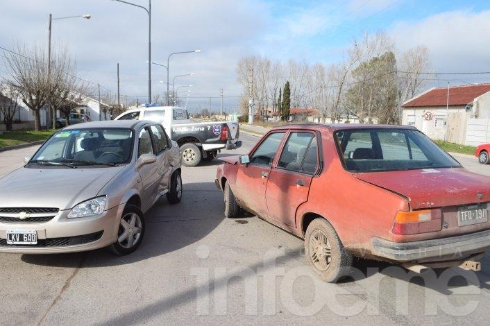 Mujer herida en un choque entre dos autos