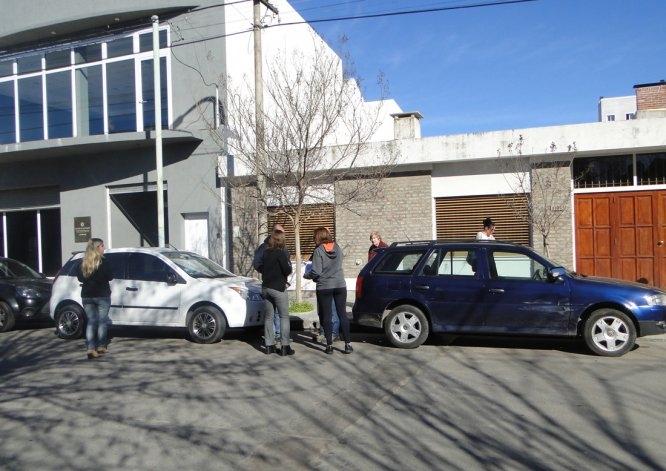 Sufrió desperfecto y chocó con tres autos estacionados