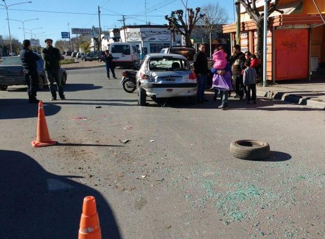Mujer herida en choque en una rotonda