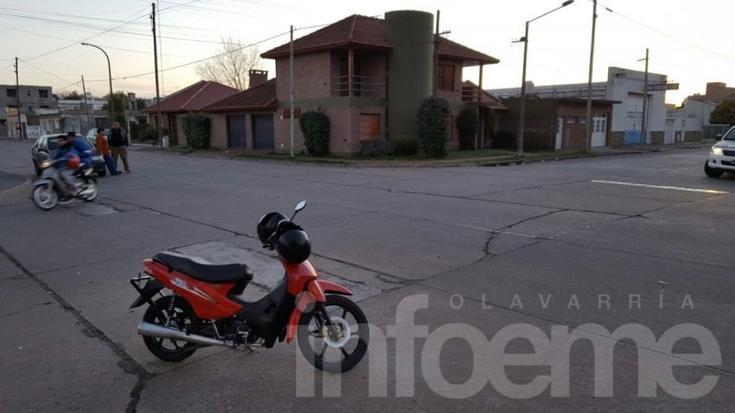 Una moto quiso esquivar un auto y  perdió la estabilidad