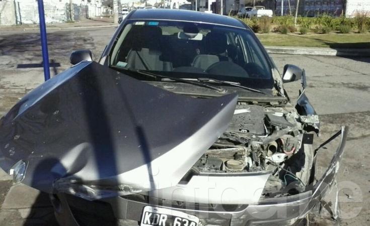 Fuerte choque entre un auto y una camioneta