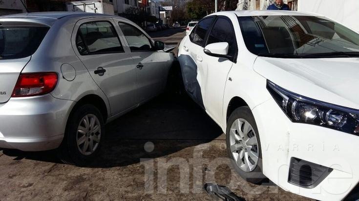 Dos autos chocaron en el centro y una mujer sufrió heridas