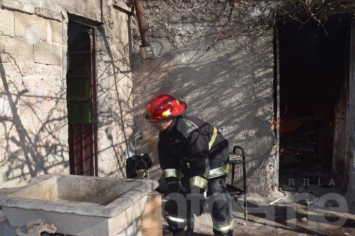 Bomberos combatió incendio en una casa