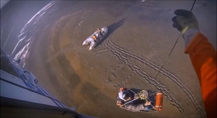Video: Prefectura rescató a tripulantes atrapados en el barro