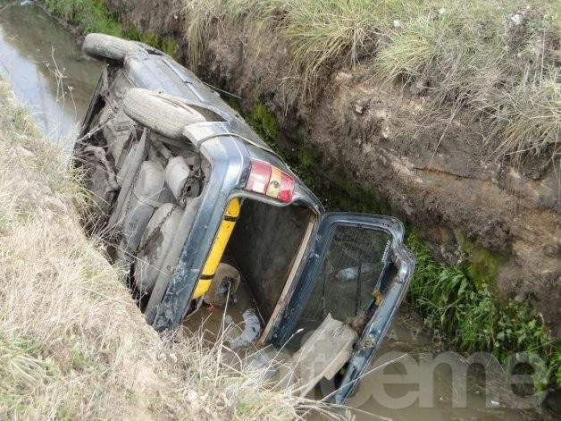 Perdió el control de su auto y se cayó en una zanja