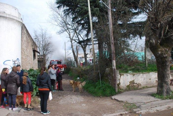 Sierras Bayas se moviliza por la familia que perdió todo en un incendio