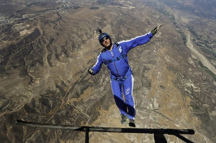 Video: Saltó sin paracaídas y batió todos los récords