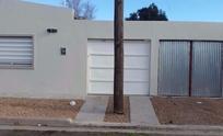 Insólito: hicieron un garage detrás de varios postes y ahora piden que los quiten