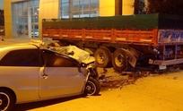 Perdió el control de su auto y terminó  contra un acoplado