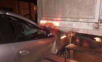Fuerte choque entre un automóvil y un camión