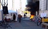 Se endurece la protesta: municipales queman gomas frente al Palacio San Martín