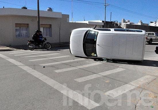 Camioneta terminó volcada tras chocar con un auto