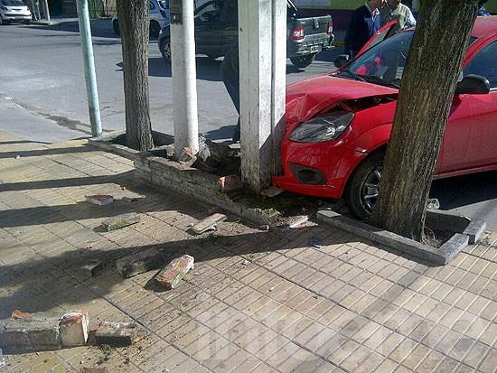 Terminó contra cantero de un comercio tras chocar con otro auto