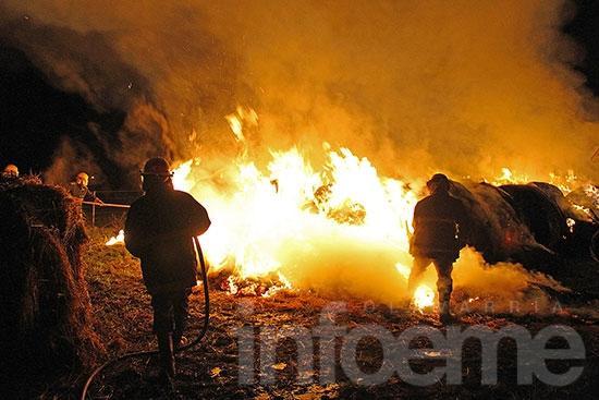 Más de 50 rollos se incendiaron en un campo