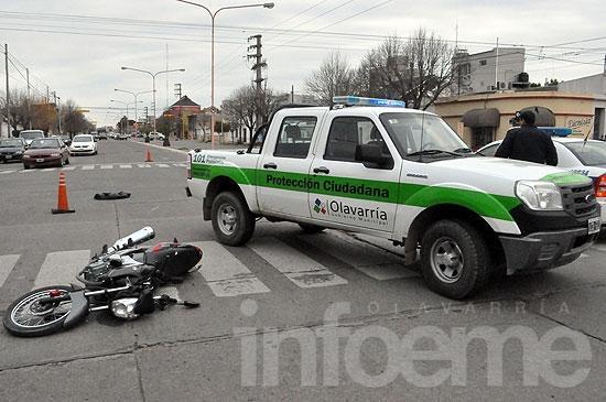 Motociclista herido al chocar con un auto