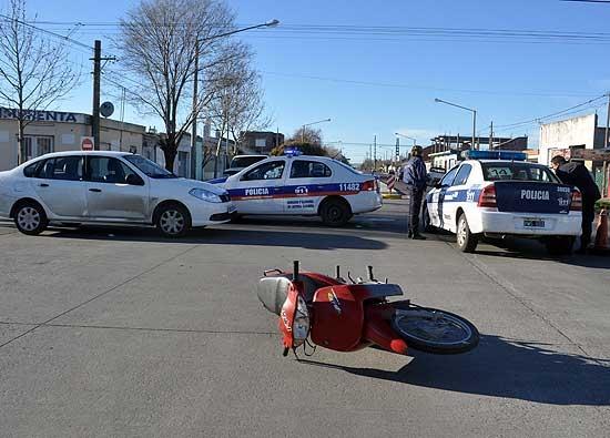Un motociclista con heridas leves al chocar con un auto