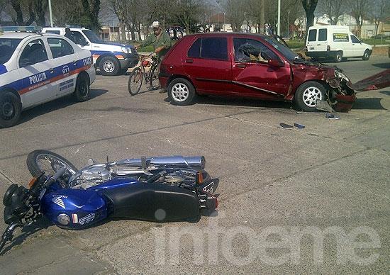 Chocó con su moto y voló varios metros por encima de un auto