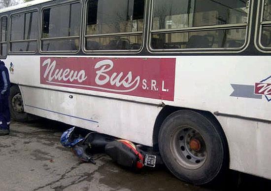 Moto terminó debajo de un colectivo de Nuevo Bus