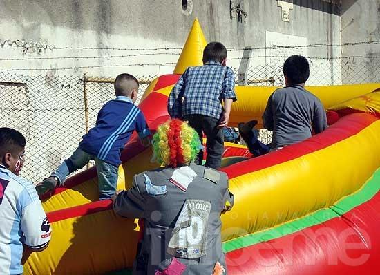 Confección de juguetes y festejos por el Día del Niño en el penal de Sierra Chica