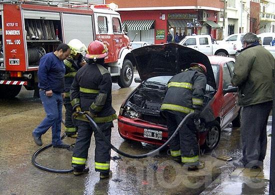 Principio de incendio en un auto afectó parte de su motor