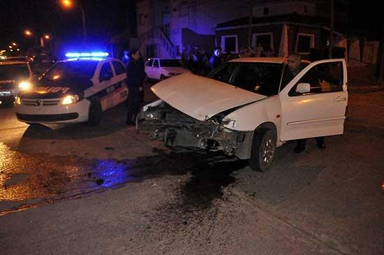 Fuerte accidente entre dos automóviles