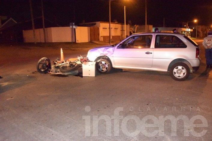 Fuerte colisión entre una moto y un auto