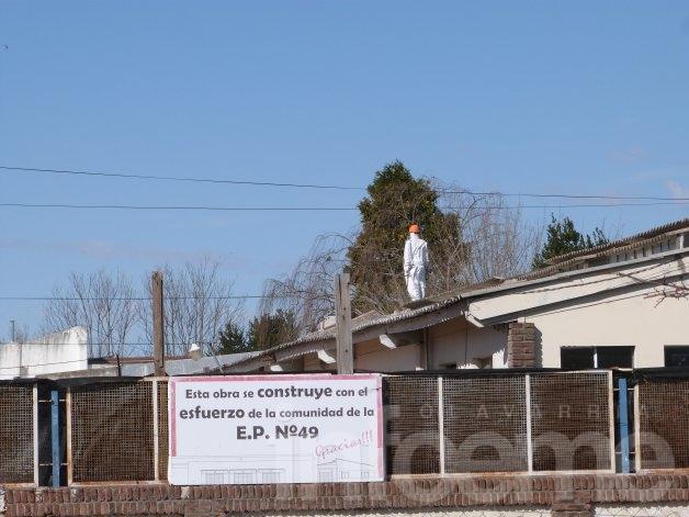 Ya se trabaja en el techo de la Escuela 49