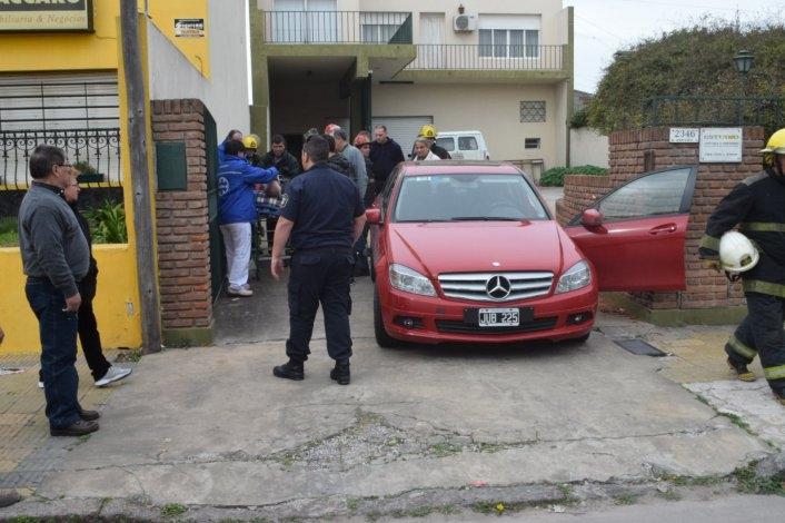 Se le trabó la caja de su auto y terminó contra el paredón del vecino