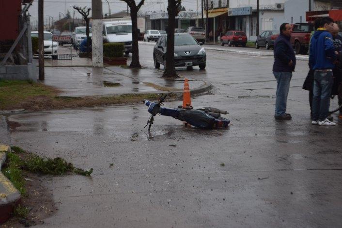 Chocaron en la rotonda: motociclista herido
