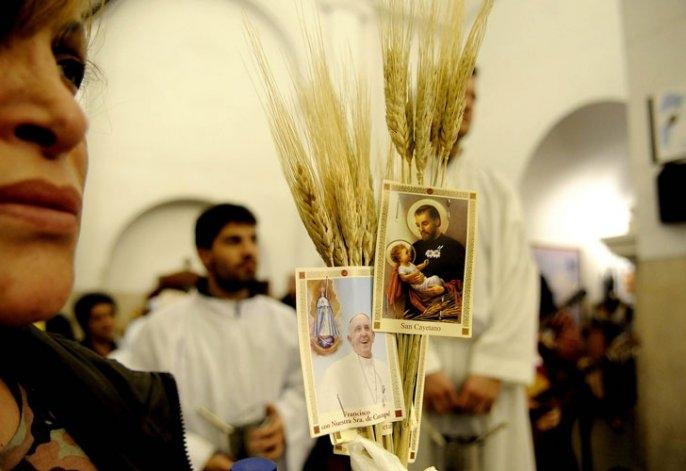 En el día de San Cayetano, miles de fieles se desplazan a Liniers