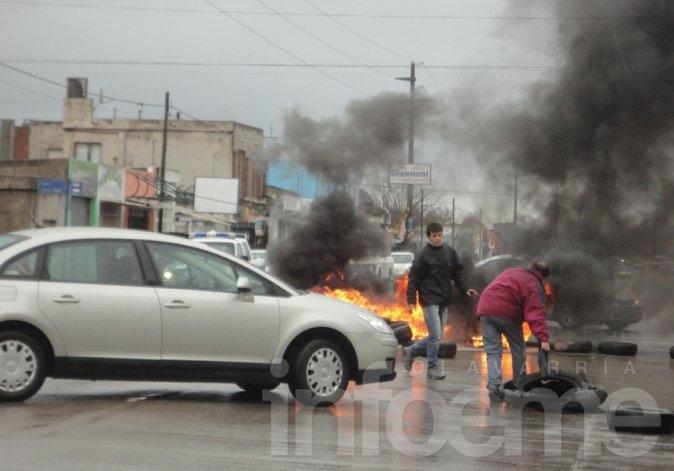 Vecinos del barrio Provincias Argentinas cortaron la calle para pedir asfalto
