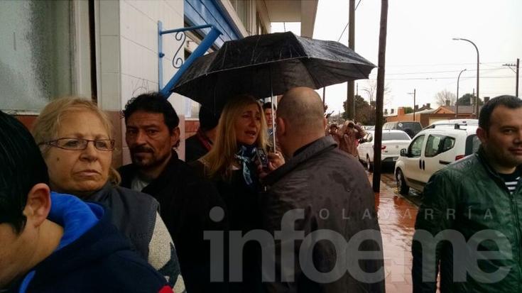 """Liliana Schwindt esperó bajo la lluvia su turno y dijo """"es hora de un voto electrónico"""""""