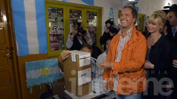 """Scioli: """"Tardé unos minutos en votar porque tenía dudas"""""""