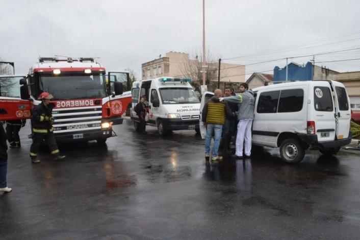 Violento choque: una camioneta volcó y dio contra palmera