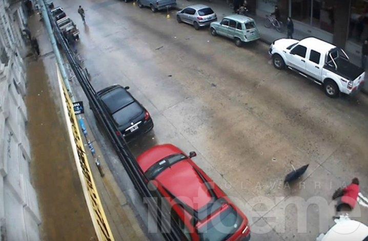 Video: mujer fue arrollada por un auto