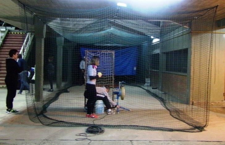 """El """"bata"""" inauguró una jaula de bateo"""