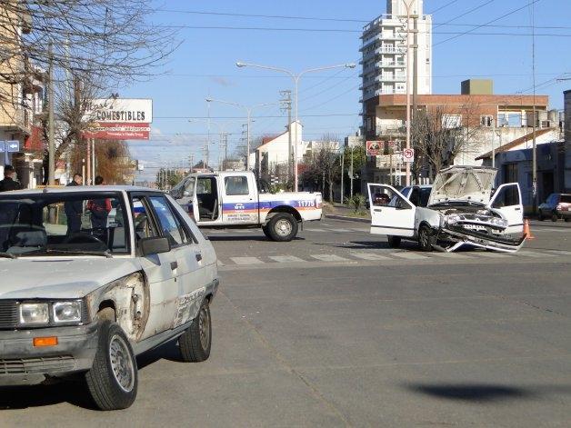 Dos automóviles chocaron sobre la Av. Colón