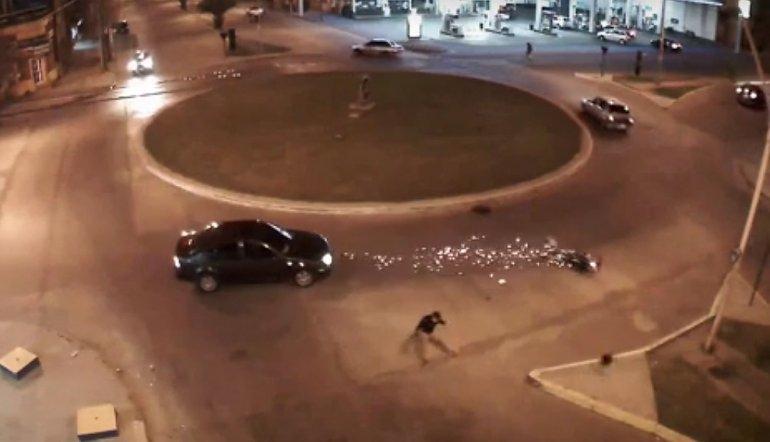 Violento accidente en una rotonda fue captado por las cámaras