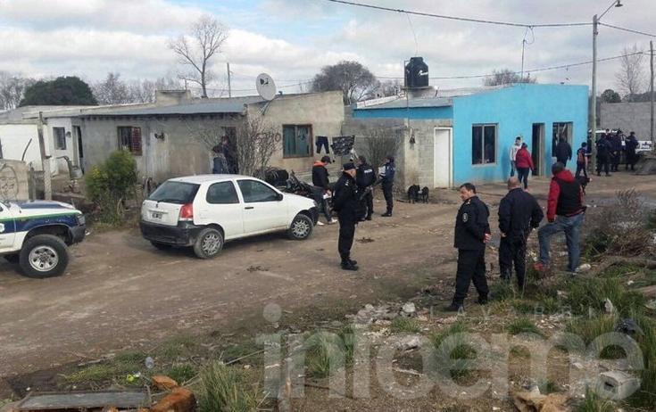 Un policía herido y tres aprehendidos en un allanamiento