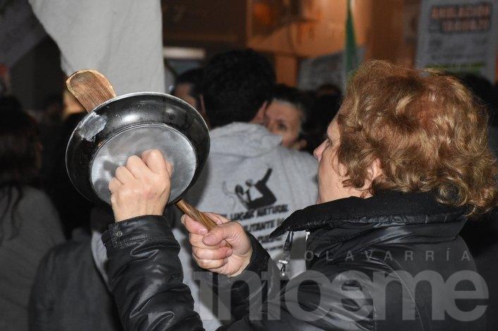 """La marcha contra el """"tarifazo"""" se sintió en Olavarría"""